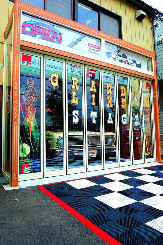 ติดชื่อร้านที่ประตูบานพับด้วยลาย Pinstripe ของคุณ Ghost พอตกกลางคืนจะดูเหมือนเป็นร้านค้า