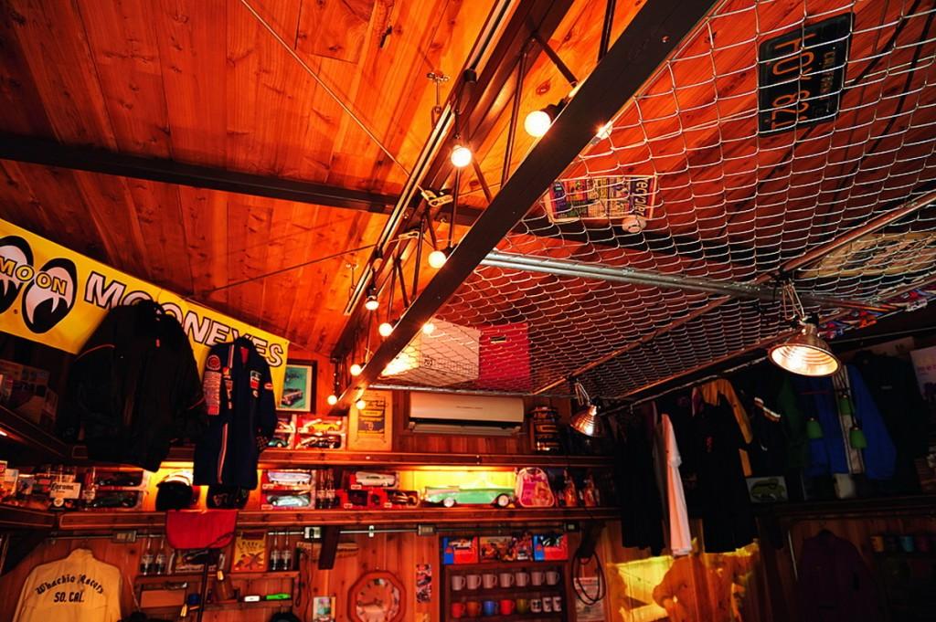 เก็บของบนเพดานทำจากตะแกรงเหล็กที่ใช้ทำรั้ว และติดไฟ สามารถนำของที่ไม่หนักมากเก็บไว้บนนั้นได้ เป็นการใช้พื้นที่ให้เป็นประโยชน์
