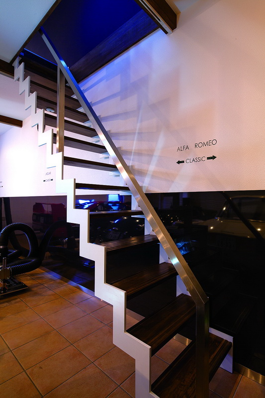 """ห้องใต้หลังคาที่ใช้ประโยชน์จากเพดานที่เอียงด้านเดียวและคาน ตอนนี้ยังเป็นพื้นที่โล่ง ไม่ได้วางอะไร รู้สึกประทับใจกับโลโก้ """"ม้าลำพอง"""" ที่ติดไว้อย่างไม่ตั้งใจ"""