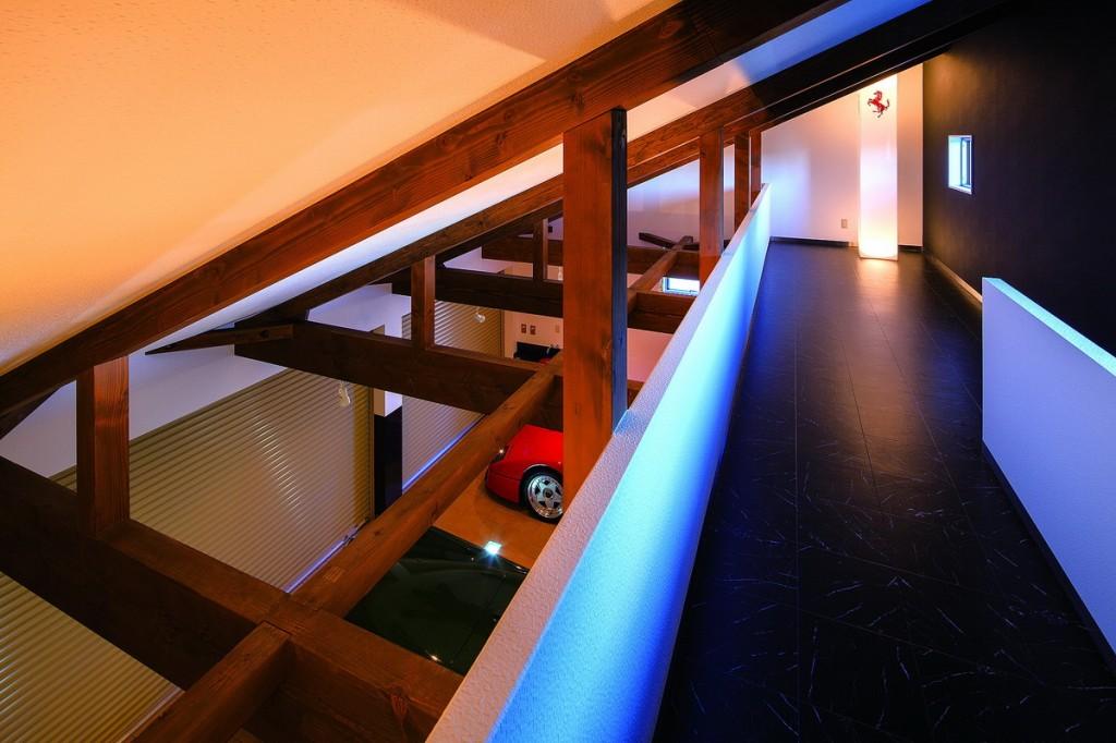 บันไดสำหรับปีนขึ้นไปบนห้องใต้หลังคา เป็นบันไดสเตนเลสที่คุณคูราชิมา สร้างเอง เป็นการนำดีไซน์ที่โมเดิร์นมาแต่งลงในโครงสร้างเดิม