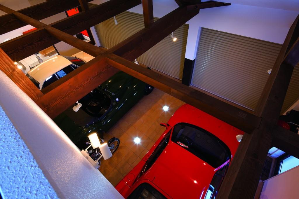 มองลงมาจากห้องใต้หลังคา เป็นการออกแบบโครงสร้างที่ทำให้สามารถมองเห็นโรงจอดรถทั้งหลังได้ ราวกับว่าได้ใช้เวลาสนุกๆ อยู่ในพิพิธภัณฑ์