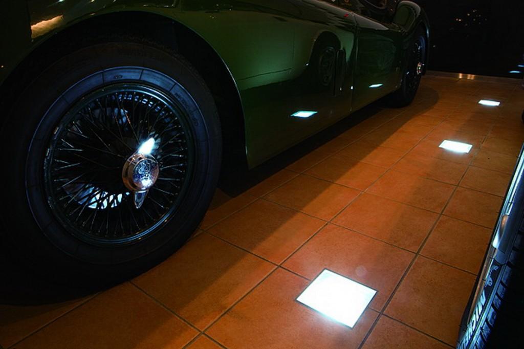 ใช้ประโยชน์ของพื้นที่โดยติดไฟฝังไว้ใต้พื้น เพื่อจะได้เพลินกับการชมฟอร์มของรถ ไฟ downlight ที่ออกแบบเอง โดยใส่หลอดไฟฟลูออเรสเซนต์ไว้ในกล่องสเตนเลส และปิดด้วยฝากระจกที่แข็งแรง