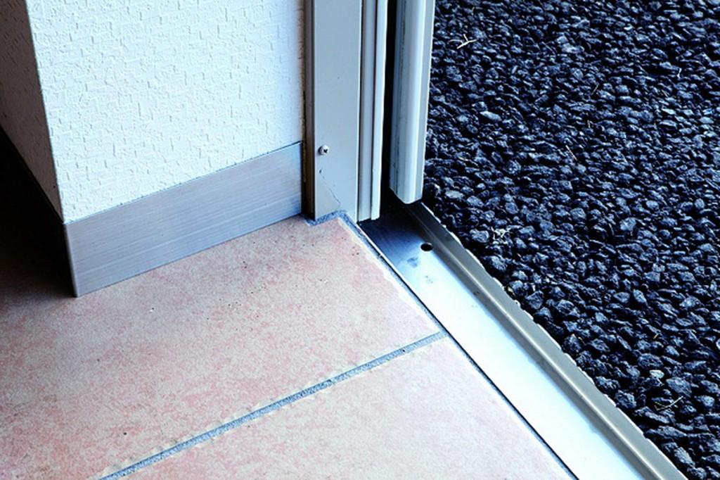 เจาะร่องประตู 2-3 เซ็นต์และใส่รางสเตนเลสลงไป เพื่อกันลมและฝุ่นที่จะผ่านประตูชัตเตอร์เข้ามา วิธีนี้ทำให้สามารถปิดช่องว่างของชัตเตอร์ได้หมด