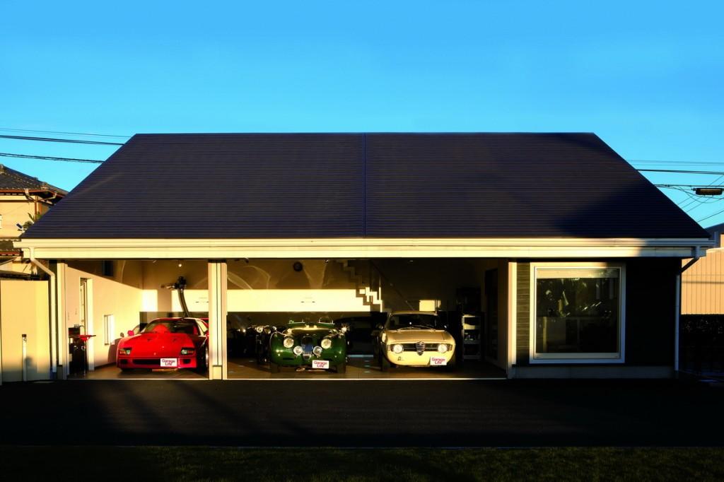 """จากซ้ายจอด Ferrari F40, XK120 Roadster, Alfa Romeo GT130 ส่วน Jaguar ที่เพิ่งได้มาเมื่อ 5 ปีก่อนไว้สำหรับเข้าร่วมการแข่งขัน """"La Festa Mille Miglia"""" ซึ่งเป็นการแข่งขันแรลลี่รถคลาสสิกคาร์ที่จัดขึ้นทุกปี"""