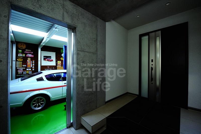 เมื่อเข้าประตูหน้าไป ก็จะเจอประตูอีกบานเป็นทางเข้าไปยังฝั่งห้องนั่งเล่น (โรงจอดรถสำหรับชื่นชมรถ) และฝั่งซ่อมบำรุง