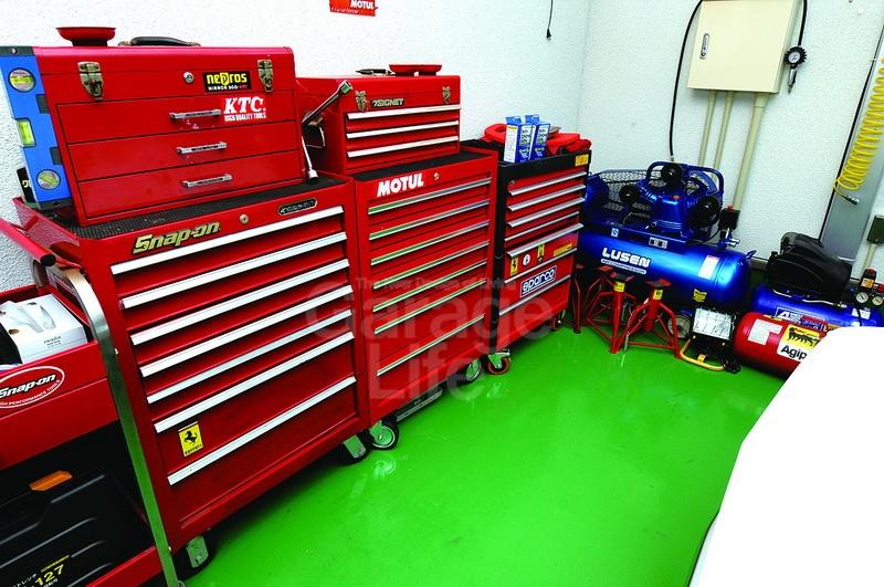 มีเครื่องมือหลายชนิด จนทำให้เข้าใจผิดว่าเป็นร้านรับซ่อมรถได้เลย ตู้เก็บเครื่องมือสีแดงช่วยทำให้ภายในโรงงานดูขึงขัง โดดเด่น