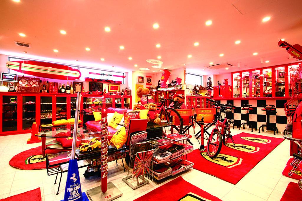 ห้องงานอดิเรกที่สิ่งของต่าง ๆ ถูกแต่งให้เป็นสีของ Ferrari ทั้งหมด มีตั้งแต่ Nose Cone และรถจักรยานยนต์ที่เป็นของชิ้นใหญ่ ไปจนถึงตุ๊กตา จานชาม และไม้สกี ขอยืนยันอีกทีนะครับว่า ที่นี่ไม่ใช่ Official Shop ของ Ferrari