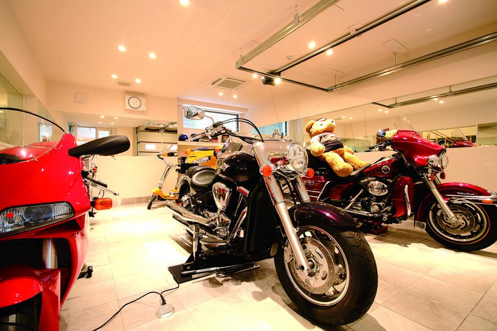 รงจอดรถส่วนนี้ที่จอดราชาแห่งพื้นดิน Big Bike เช่น Harley, Ducati เป็นที่จอดรถคันโปรดของคุณพ่อคุณ M เป็นภาพที่แทบอดใจไม่ไหวสำหรับคนรักมอเตอร์ไซค์