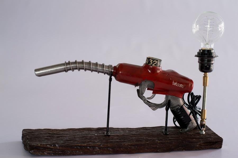 Fuel Nozzle Light ถึงแม้หัวจ่ายน้ำมันจะดูธรรมดา แค่นำมาวางตั้งบนฐานไม้ ติดหลอดไฟไว้ด้านหลัง ประหนึ่งปืนกลที่พร้อมยิงข้าศึกตลอดเวลา ราคา 5,500 บาท