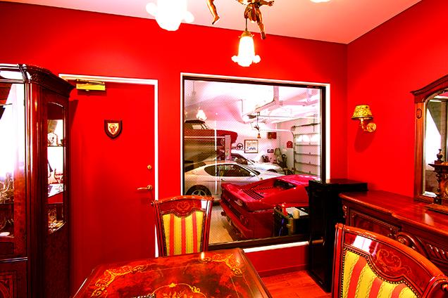 เขาสร้างห้องสไตล์ตะวันตกไว้ข้างโรงจอดรถด้วย สามารถมองดู Ferrari, Alfa Romeo, Mercedes-Benz ผ่านบานกระจกที่ตัดเป็นรูปสี่เหลี่ยมจัตุรัส