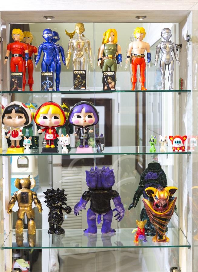 ภายในบ้านเต็มไปด้วยชั้นและตู้เก็บโมเดลอีกมากมาย ที่เห็นเป็น น้องมะลิ ครอบบร้า และ Toy Design อื่นๆ อีกมากมาย
