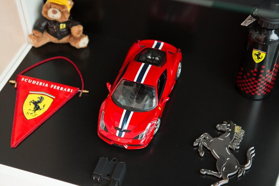 ภายในโรงจอดรถตกแต่งด้วยของสะสมที่เกี่ยวกับ Ferrari ในภาพเป็นเพียงบางส่วนเท่านั้น