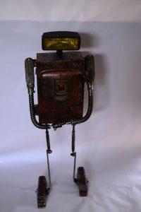 Robot โคมไฟหุ่นยนต์ ทำจาก Fuse Box หรือกล่องฟิวส์ในรถยนต์ ติดไฟรถยนต์สีเหลือง ดูเหมือนของเล่นแต่ใช้งานได้จริง ราคา 4,500 บาท