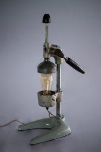 Vintage Egg Beater ด้วยรูปทรงที่แปลกตา โคมไฟแนวตั้ง ติดหลอดไฟตรงกลางจึงดูเหมาะสมที่สุด ราคา 5,500 บาท