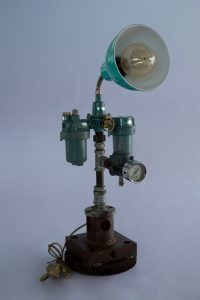 Vintage Machine Lamp นี่มันเครื่องกรองน้ำชัดๆ ไม่ใช่ โป๊ะไฟที่ติดด้านบนนั่นทำให้รู้ว่านี่คือโคมไฟเหล็กที่พร้อมจะให้ความสว่างเช่นกัน ราคา 5,500 บาท
