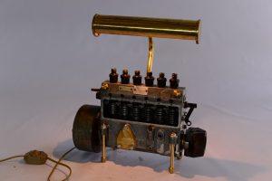 Engine โคมไฟแบบหลอด โครงสร้างจากเครื่องจักรที่นำมาวางไว้บนโต๊ะทำงานประดุจประติมากรรมชิ้นเอกทีเดียวราคา 9,500 บาท