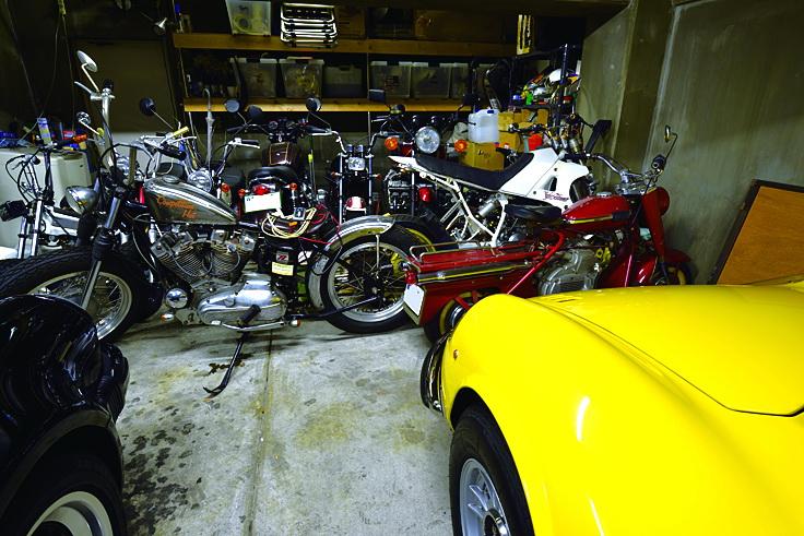 โรงจอดรถหลังเก่านี้ มี Harley, Honda, Cushman มอเตอร์ไซค์ต่าง ๆ ที่เขาเคยขี่ ช่วงนี้ไม่ค่อยได้ขี่แล้ว แต่เขายังซ่อมบำรุงเอง คงเป็นความเพลิดเพลินของเขาในอนาคต