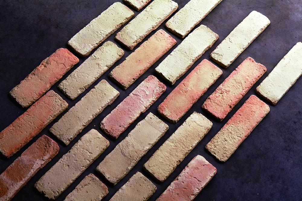 เรียงกระเบื้องลายอิฐลงบนพื้นเพื่อดูแนวที่จะติด ระยะห่าง และความสมดุลของสีสัน เดี๋ยวก็จะปูกระเบื้องลงไปตรงๆ อยู่แล้ว ดังนั้น เอาออกมาเรียงสัก 4-5 แถวก็พอ
