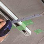 กำหนดตำแหน่งคร่าว ๆ ด้วยเทปกาว ใช้ตลับเมตรวัด แล้วค่อย ๆ ขยับให้ตรงแนว