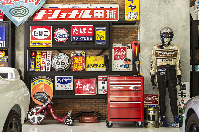 ของสะสมที่ได้มาจากประเทศญี่ปุ่น ไม่ว่าจะเป็นป้ายโฆษณาสินค้าต่างๆ ที่นำมาใช้ตกแต่งเพิ่มสีสันให้กับโรงจอดรถ