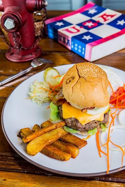 เมนูเบอร์เกอร์ยอดนิยมอย่าง Heart Stompin ที่อัดแน่นไปด้วยเนื้อชิ้นใหญ่ สอดใส้ด้วยเบคอน