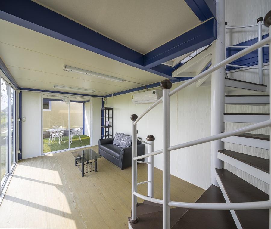 ภายในอาคารแบบ 2 ชั้น ออกแบบให้มีบันไดวน ที่สามารถเดินขึ้นไปบนชั้น 2 ได้อย่างสะดวก