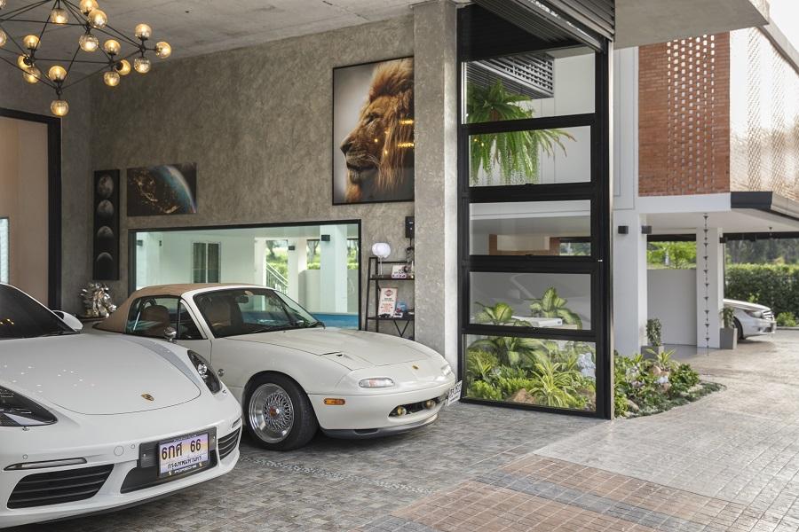 คันหนึ่งเป็น Roster สปอร์ตสัญชาติจากญี่ปุ่น Mazada MX5 NA จากยุค 90s ส่วนอีกคันหนึ่งเป็นรถสปอร์ตแท้สัญชาติเยอรมัน Porsche 718 Boxster s โมเดลล่าสุด แต่สิ่งที่ทั้งคู่มีเหมือนกันคือ เป็นรถเปิดประทุน